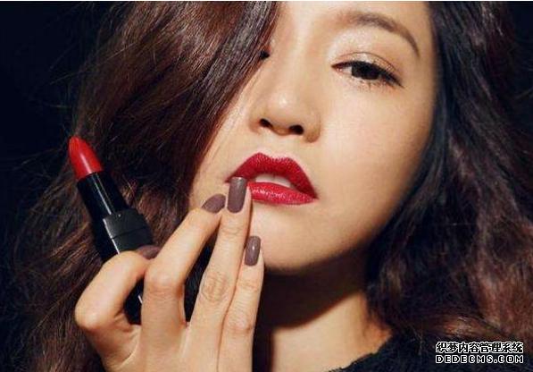 """每天化妆""""涂口红""""的女人,5年后有什么变化?差别一目了然"""